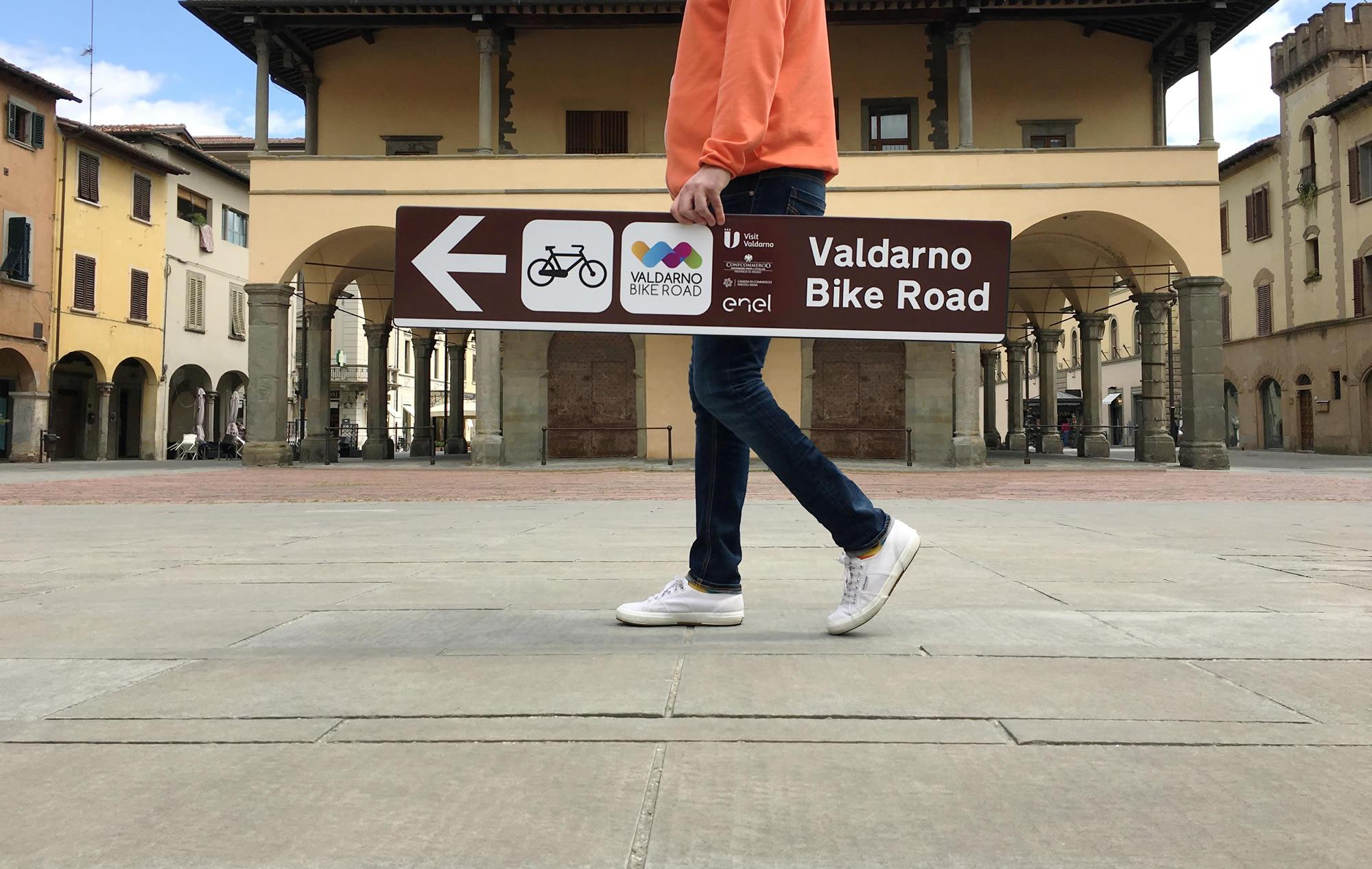 consegna-cartelli-valdarno-bike-road